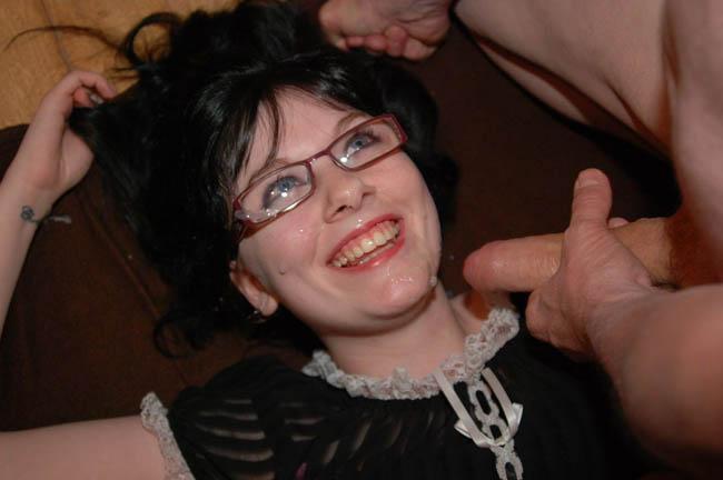 bukakke en la cara de una chica morena con gafas (10)