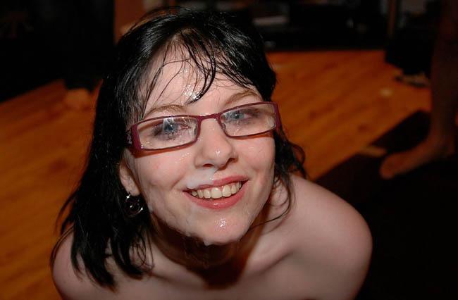 bukakke en la cara de una chica morena con gafas (12)