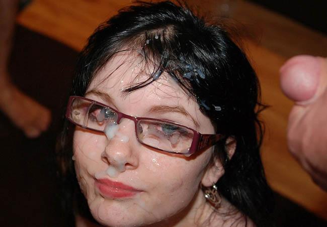 bukakke en la cara de una chica morena con gafas (2)
