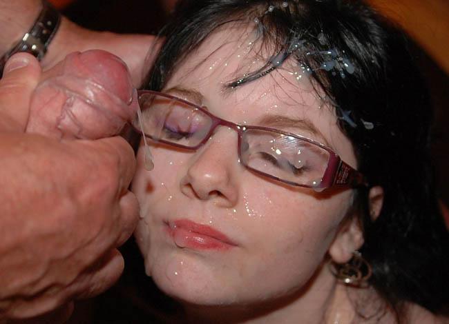 bukakke en la cara de una chica morena con gafas (5)