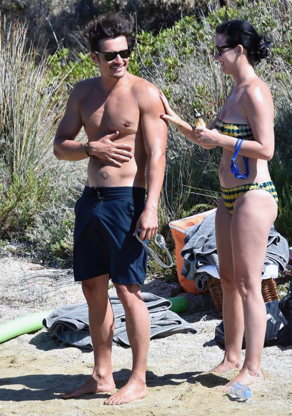 Orlando Bloom desnudo en la playa con Katy Perry